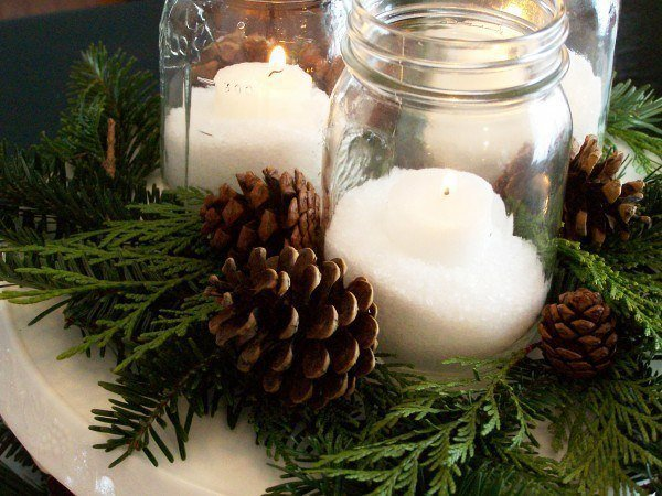Table-Christmas-center-with-candles-and-pineapples