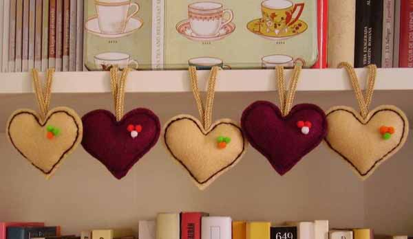 manualidades-de-navidad-en-fieltro-corazones