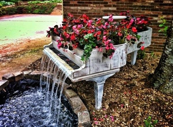 Fuentes-de-jardin-con-un-piano