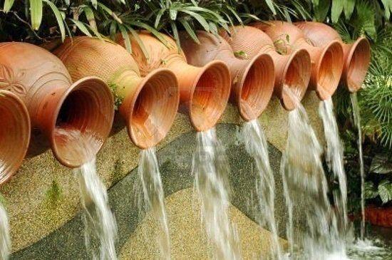Fuentes-de-jardin-originales-con-distintas-vasijas
