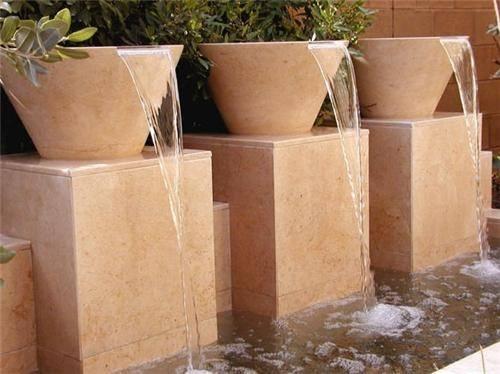 Fuentes-de-jardin-para-jardines-modernos-con-tres-tinajas