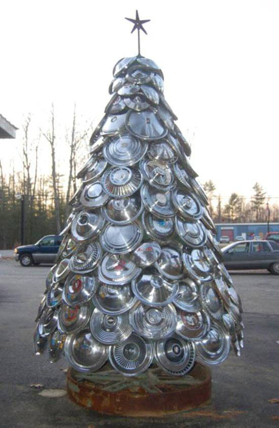 Tree-of-christmas-recycled-with-hubcap-car
