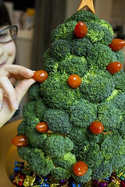 Tree-of-christmas-recycled-made-with-broccoli