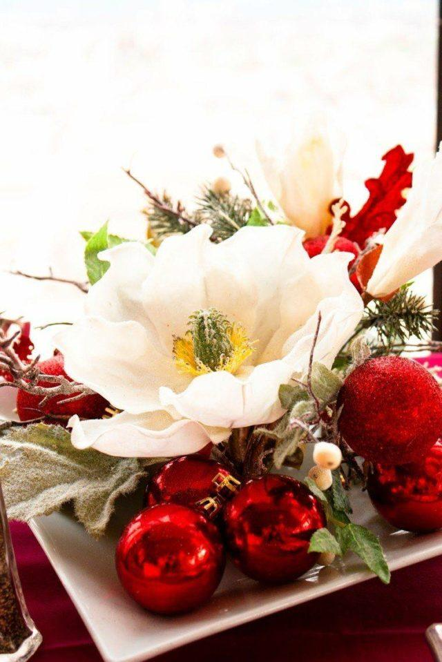 Table-christmas-balls-red-flower-centers