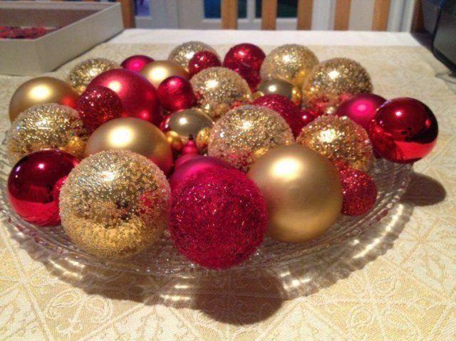 Table-Christmas-balls-with-balls