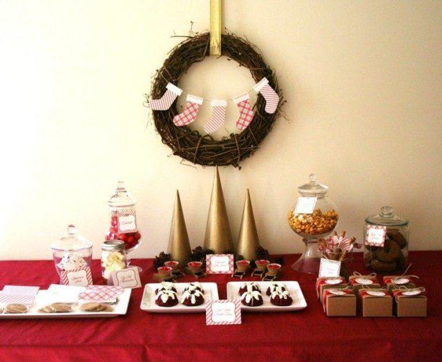 Table-Christmas-wreaths-with-garlands