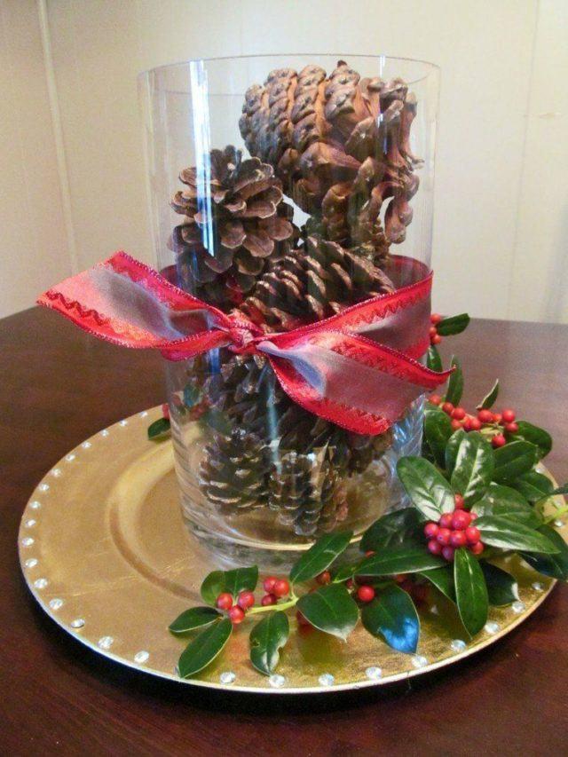 centros-de-mesa-navidenos-con-pinas-y-lazo