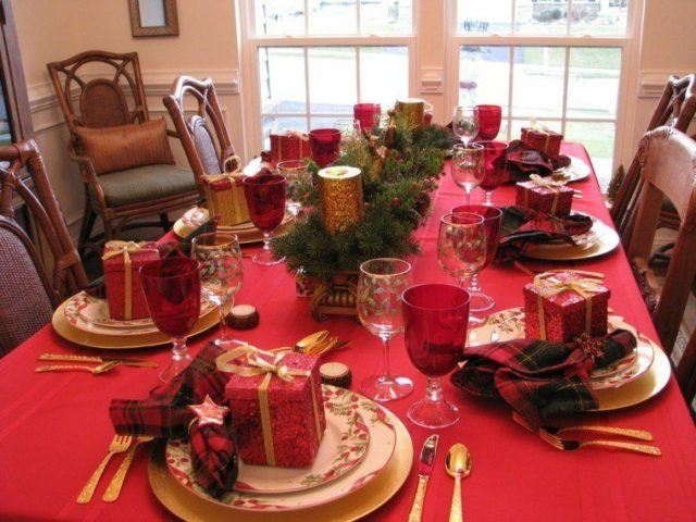 Table-Christmas-center-with-gifts-and-ties