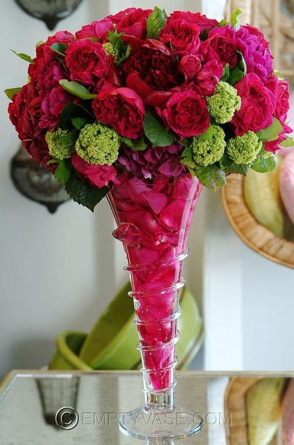 Table-center-with-flowers-pink-fuchsia
