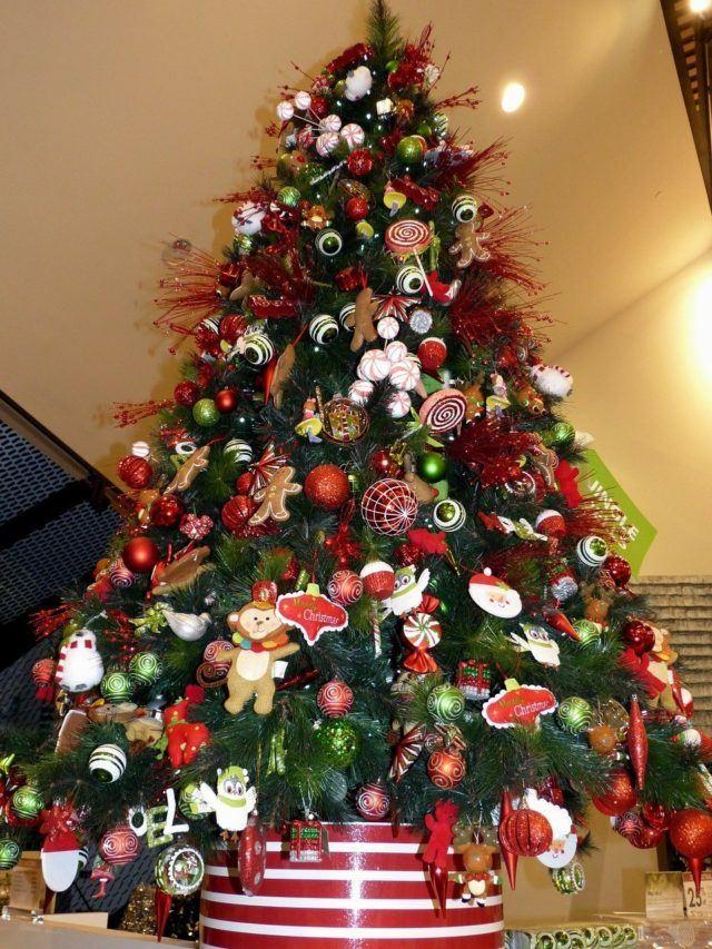 arboles-de-navidad-naturales-decorado-en-rojo
