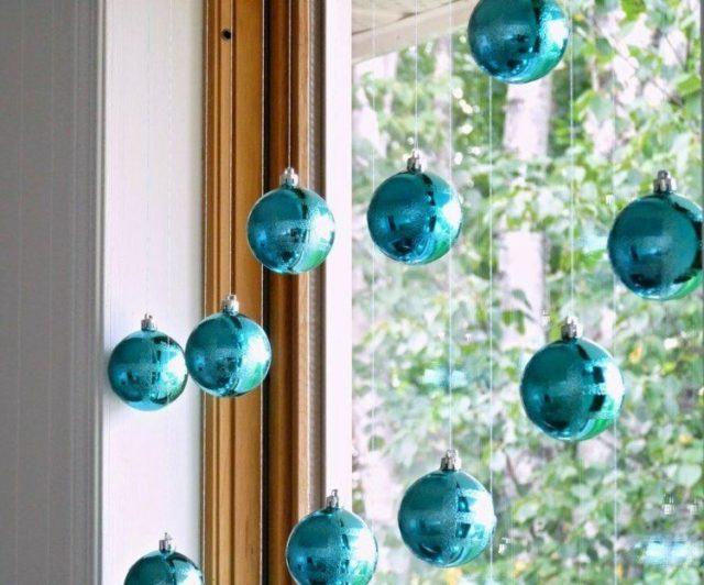bolas-de-navidad-azules-ventanas-jardines-madera
