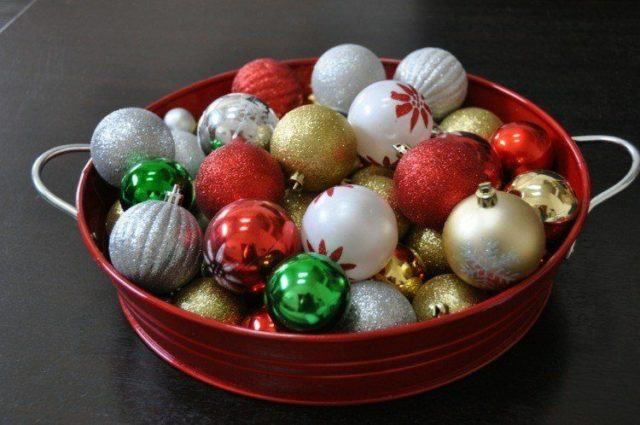 Balls-of-christmas-centers-table-white-flowers