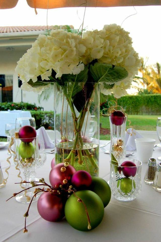 Christmas-balls-for-table-with-flowers