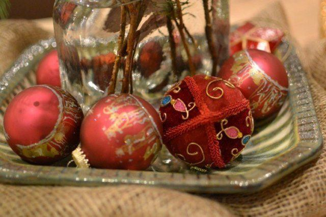 Christmas-balls-red-and-gold