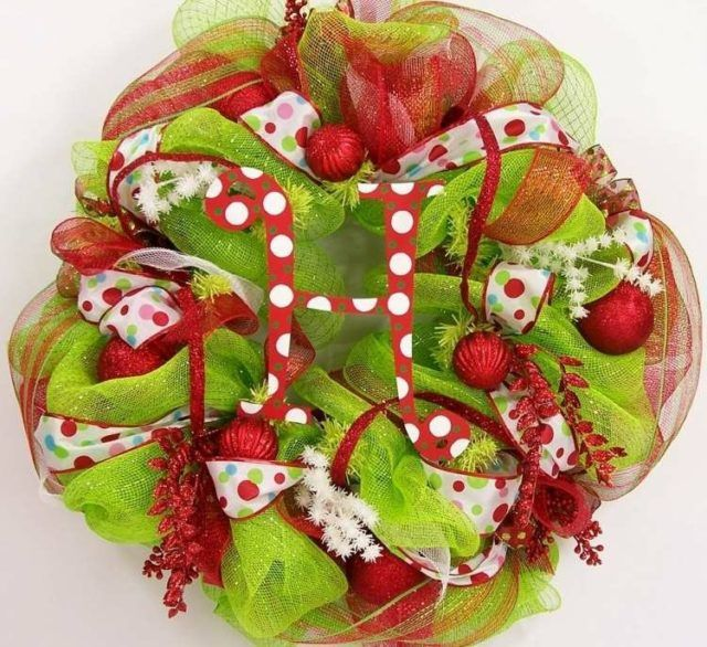 bolas-de-navidad-y-centros-mesa-blanco-flores-chimenea