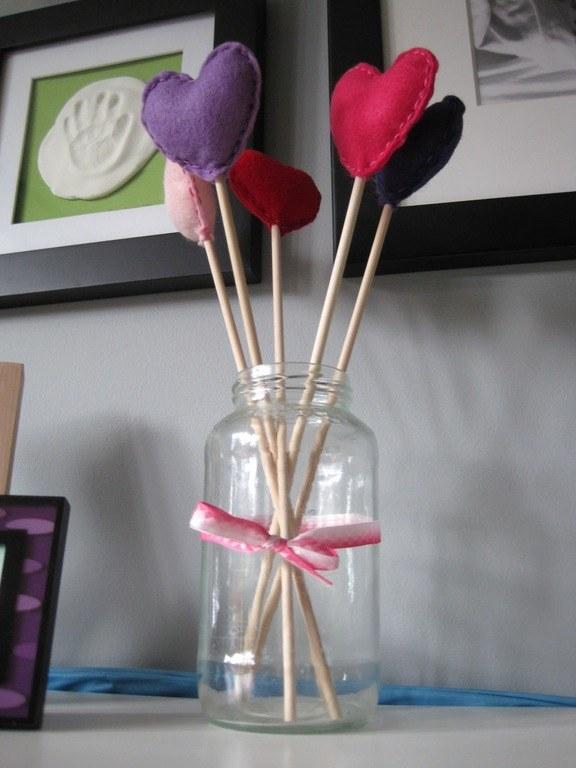 centros-de-mesa-san-valentin-con-corazones-de-felpa