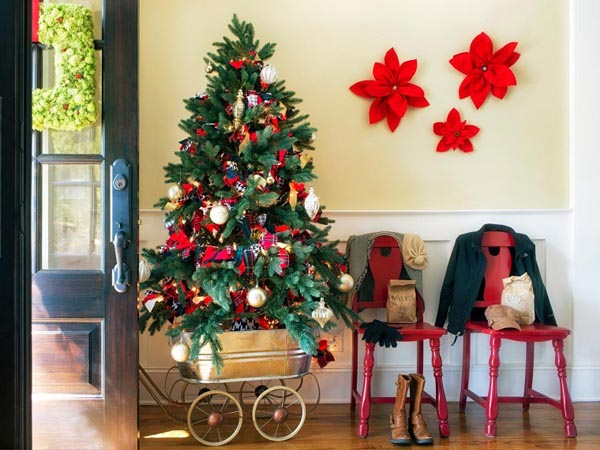 Decoration-of-trees-of-christmas-entrance-home