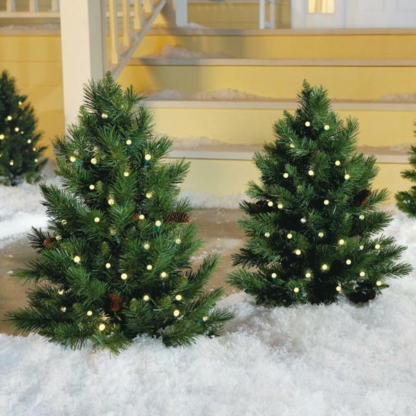 Decoration-of-trees-of-christmas-outdoor-lights