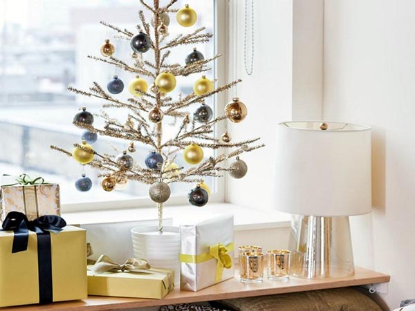 Decoration-of-trees-of-christmas-pot-white-balls