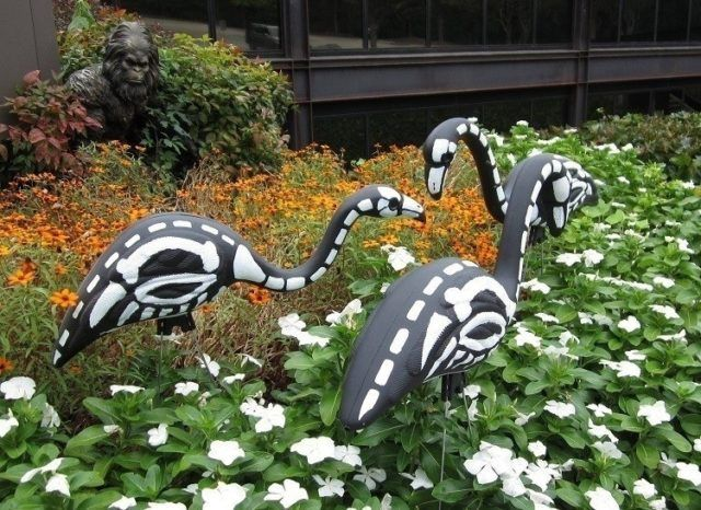 Decoration-halloween-flamingos-garden-bones-painted