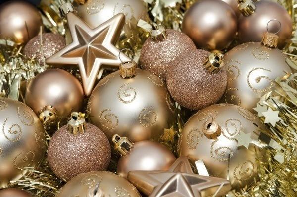 Stars-of-christmas-with-balls-and-garland