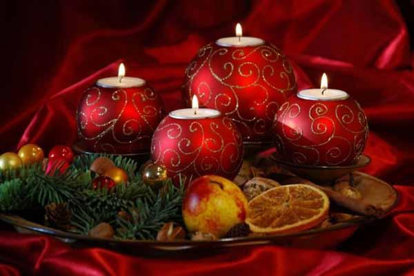 velas-de-navidad-con-bolas-rojas
