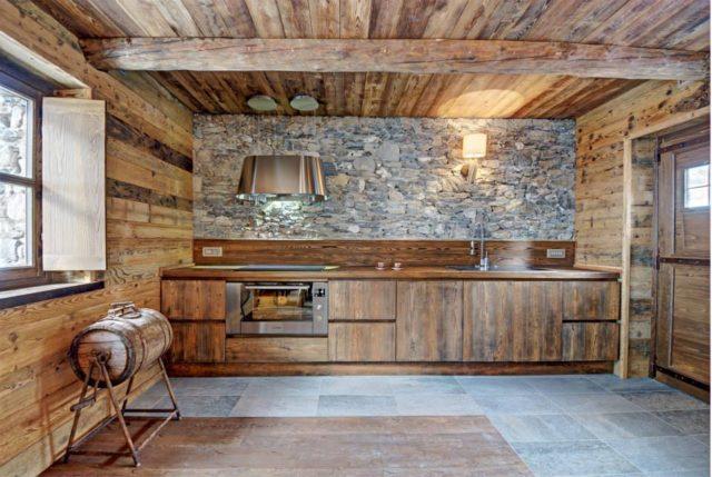 Cocinas rusticas de piedra con mueble de madera   espaciohogar.com