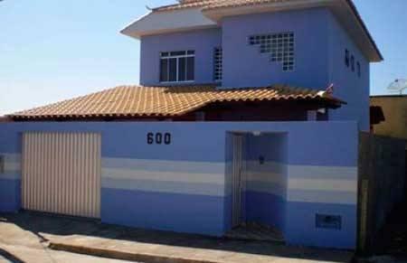 20-fotos-e-ideas-colores-fachadas-casas-exteriores-casa-pintada-de-azul-con-rayas