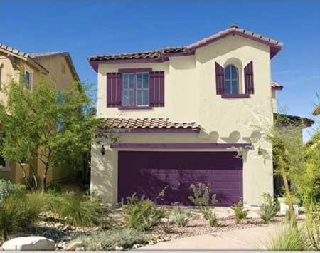 20-fotos-e-ideas-colores-fachadas-casas-exteriores-casa-pintada-de-blanco-roto-y-morado