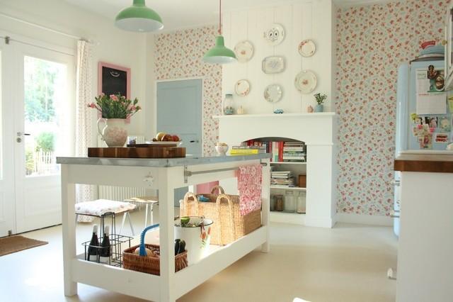 30-fotos-cocinas-decoradas-con-encanto-color-blanco-con-platos-pared-
