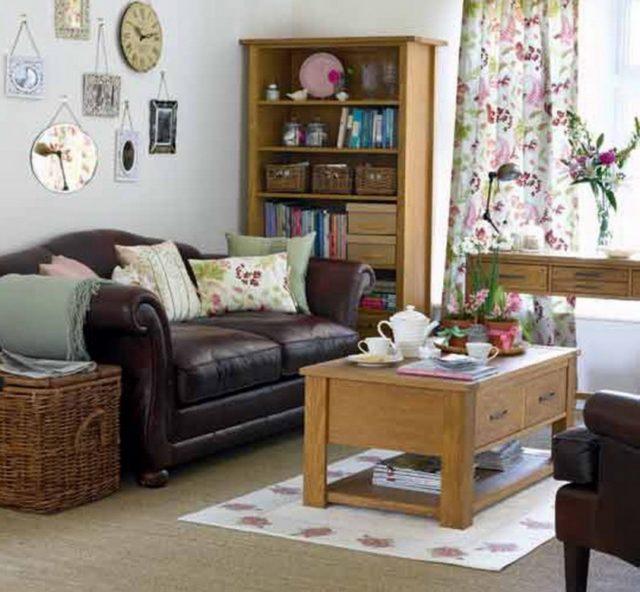 Fotos-salones-pequenos-sofa-cuero-mesa-madera