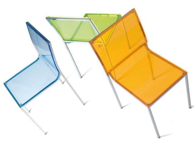 cocina-pequena-con-sillas-transparentes-de-colores