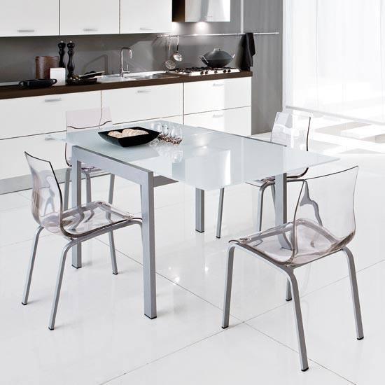 cocina-pequena-con-sillas-transparentes