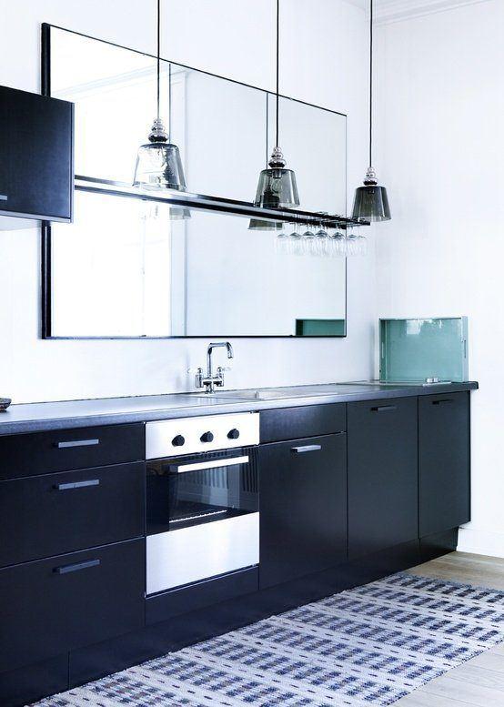 cocinas-pequenas-con-espejos-muebles-negros
