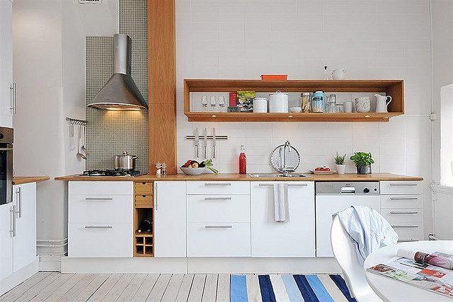 cocinas-pequenas-con-repisa-de-madera-oscura