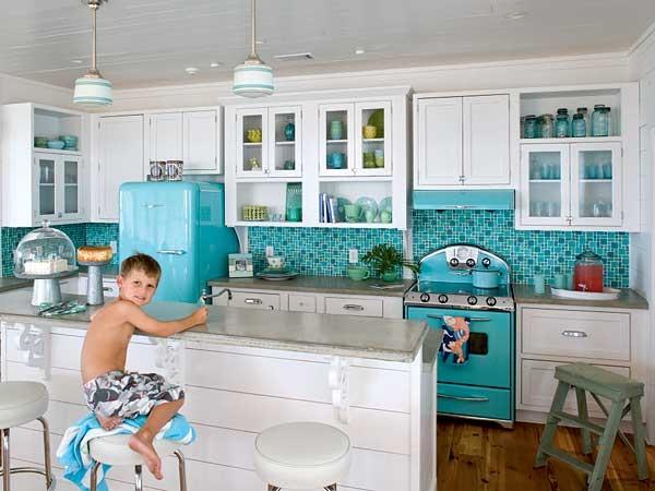 fotos-cocinas-decoradas-encanto-cocina-blanca-con-decoracion-vintage-azul