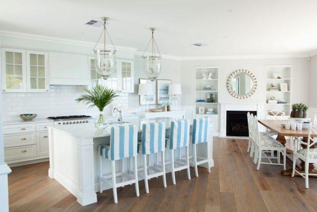 fotos-cocinas-decoradas-encanto-cocina-blanca-con-sillas-funda-azul