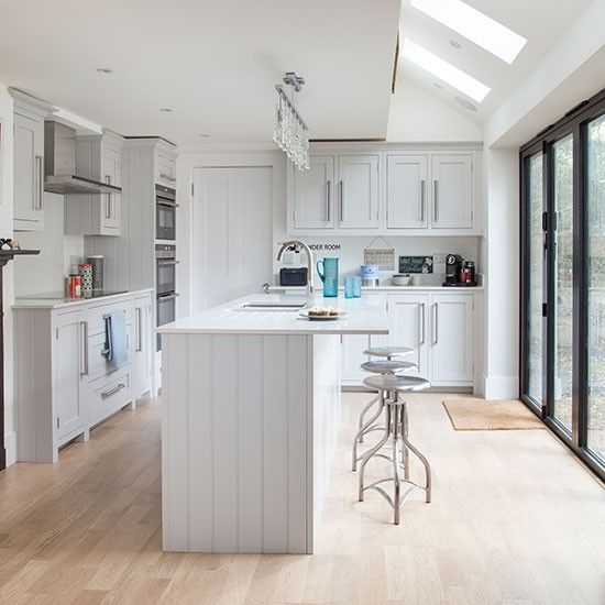 fotos-cocinas-decoradas-encanto-cocina-blanca-con-taburete