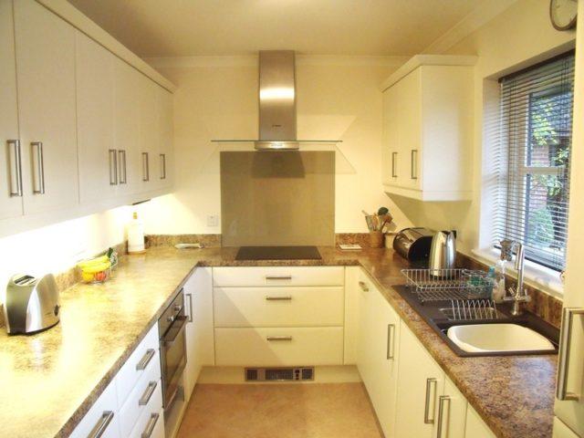 fotos-cocinas-decoradas-encanto-cocina-sencilla-beige-blanca