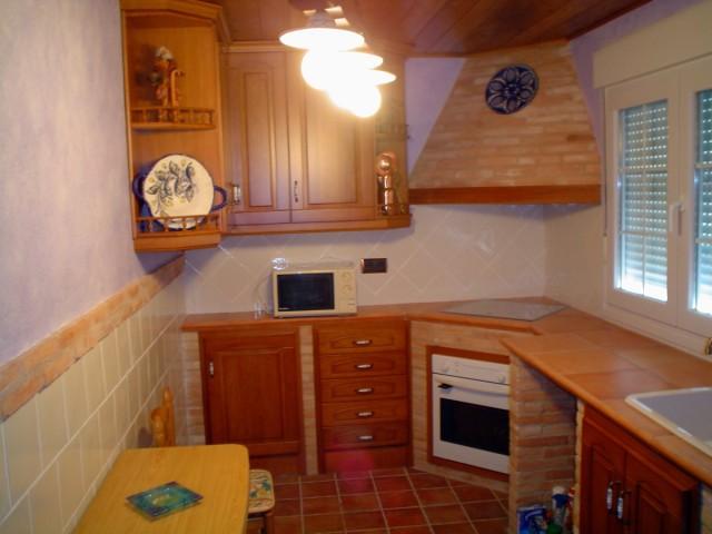 fotos-con-ideas-de-cocinas-de-obra-que-te-van-a-encantar-cocina-con-madera-y-ladrillo