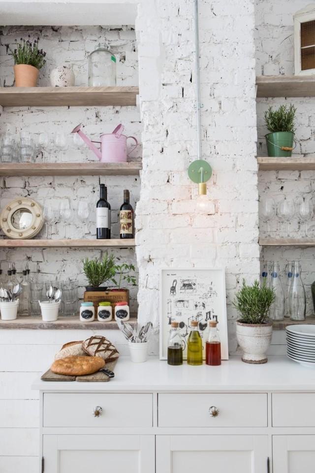 fotos-con-ideas-de-cocinas-de-obra-que-te-van-a-encantar-estantes-en-pared-de-ladrillo