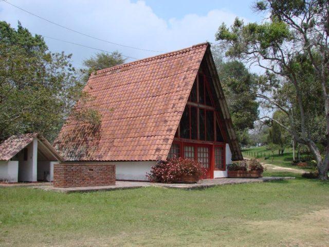 fotos-fachadas-casas-mas-bonitas-modernas-del-mundo-casa-de-campo-con-gran-tejado