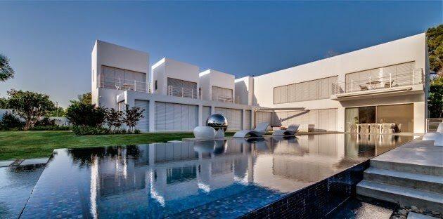 fotos-fachadas-casas-mas-bonitas-modernas-del-mundo-casa-minimalista-y-grande-con-agua