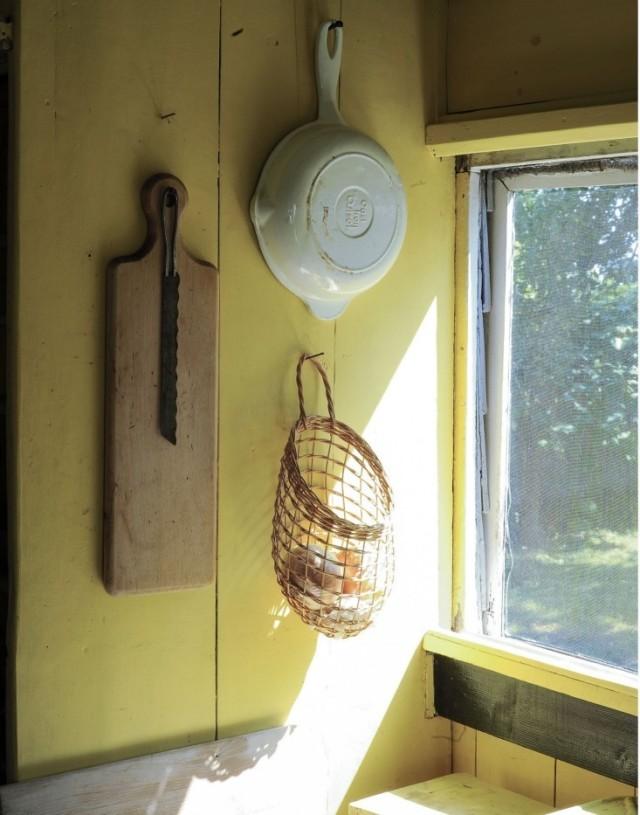 ideas-para-decorar-una-cocina-estilo-vintage-colgar-utensilios