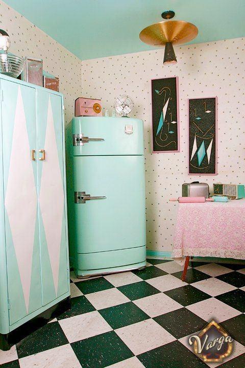 ideas-para-decorar-una-cocina-estilo-vintage-nevera-antigua-y-colores-pastel