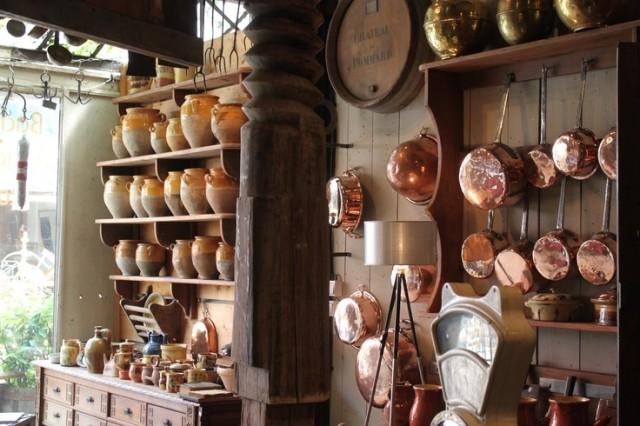 ideas-para-decorar-una-cocina-estilo-vintage-utensilios-barro-y-aluminio