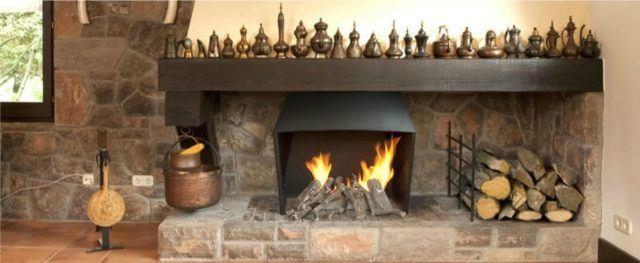 chimenea-rustica-moderna-con-piedra-y-madera