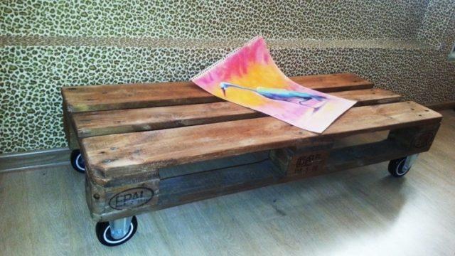 muebles-con-palets-mesa-con-ruedas