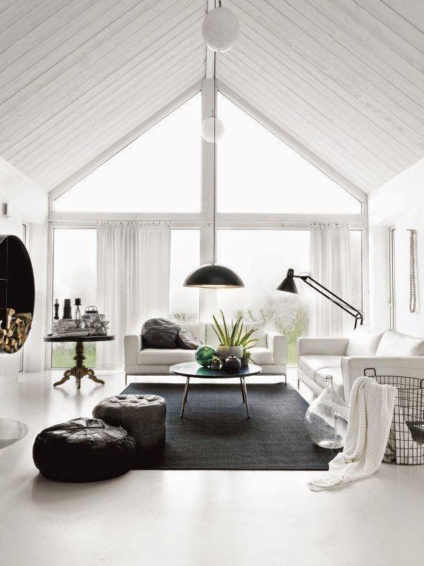 salones-modernos-pequenos-luz-natural-sofas-blancos