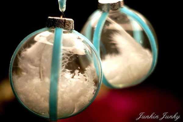 como-hacer-bolas-de-navidad-plumas